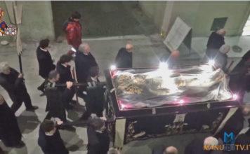 manuwebtv-LA-PROCESSIONE-VENERDi-SANTO-arcivescovo-monsignor-Giuseppe-Petrocchi